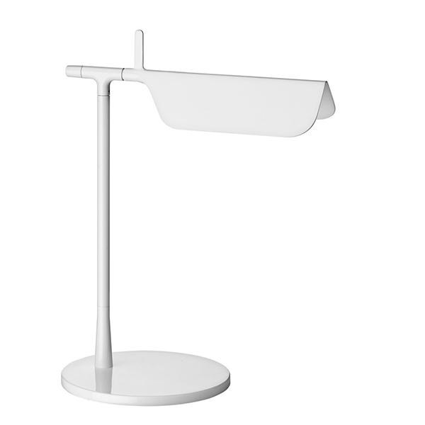 Bordlampe Flos Tab 03, en lille kompakt bordlampe med drejbart hoved og skjult ledning i lampearmen. Bordlampe i sort eller hvid.