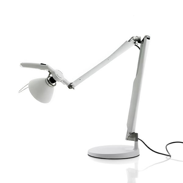 Bordlampe Fortebraccio. Den gedigne og smukke Bordlampe, i flotte og stærke materialer.