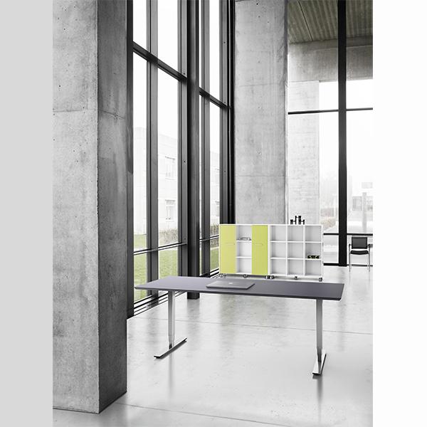 Et stabilt H/S-bord, med mange muligheder for tilbehør, udbygninger og størrelser. Bordet leveres også med sort hæve/sænkestel.