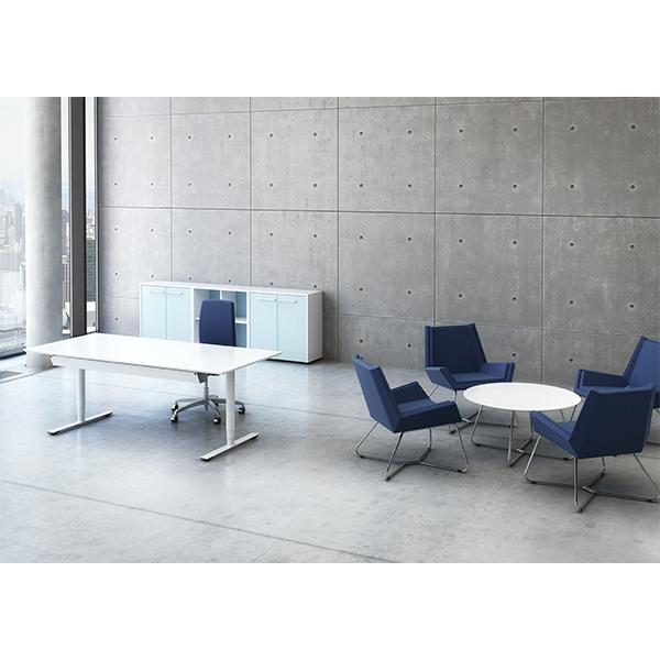 Hvidt hæve/sænkebord med rene linjer, som passer ind i alle miljøer. Bordet er vist med kabelbakke, som er en option.