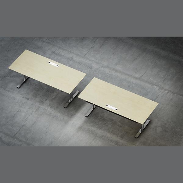 Billede af hæve sænke bord krom. Flot og tidsløst skandinavisk design. Bordpladerne er her vist i Ahorn, men kan også leveres i bøg, linoleum eller laminat m.m