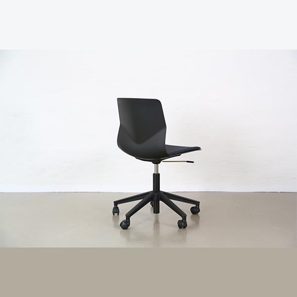 Kontorstol fast skal, en let, enkel og samtidig meget solid stol, som er perfekt som elevstol på hjul, højdejusterbar og fleksibel i ryggen. Leveres i flere farver.