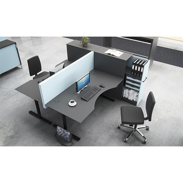 Hæve sænkebord med bordskærm. Smart H/S-bord i sort linoleum, med maveudskæring, og sortmalede kanter.